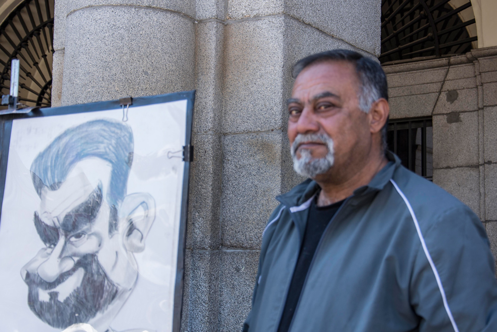 Najim, pintor y caricaturista, es toda una institución en la Plaza Mayor.