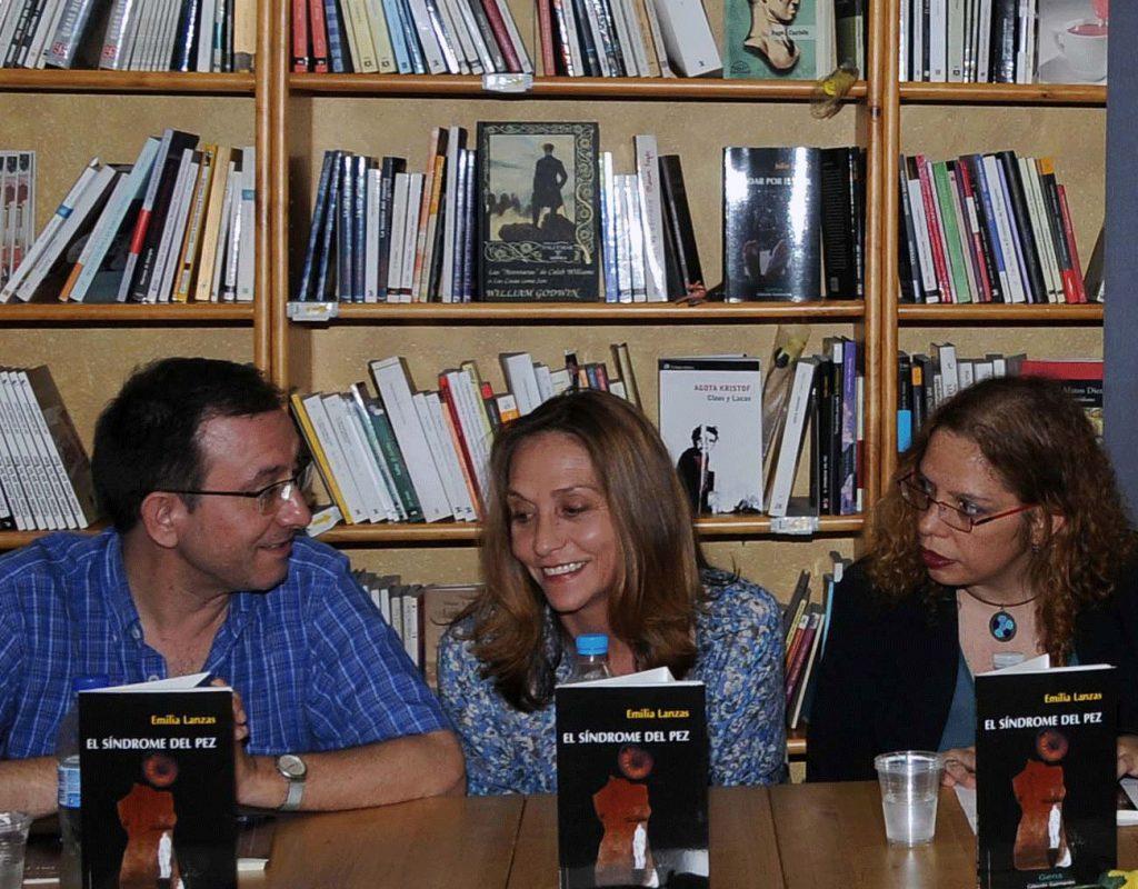Presentación del libro 'El síndrome del pez', de Emilia Lanzas (en el centro), por Eduardo García e Inés Mendoza.