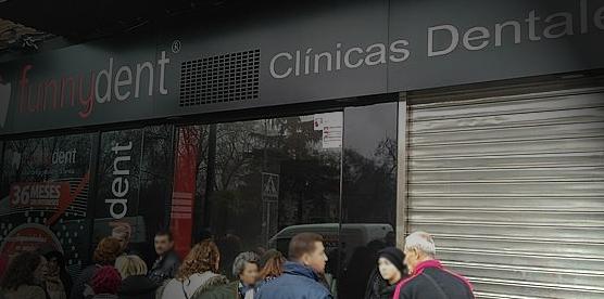 Personal del Ayuntamiento de Leganés asesora a los afectados por el cierre de Funnydent