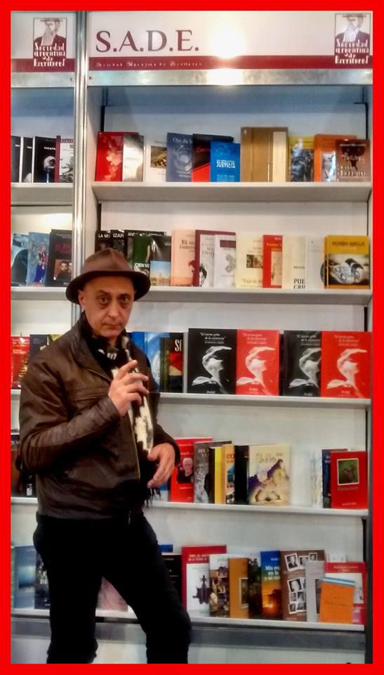 Sergio-Albaldi-en-el-stand-de-la-Sociedad-Argentina-de-Escritores-en-la-última-feria-del-libro-de-Buenos-Aires.
