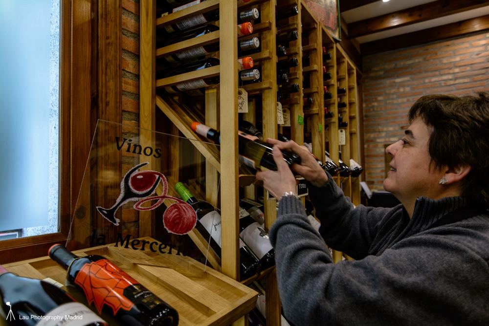 Aurora en su tienda de vinos y espacio expositivo, La Mercería. (Fotografía de Francisco Blanco).