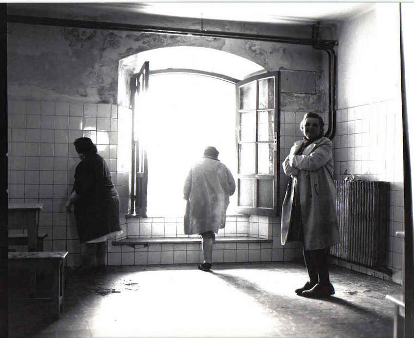 Imagen de Carlos Osorio, sobre el psiquiátrico de la Cerrada de Mujeres de Oviedo (1975).