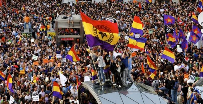 Cientos de banderas republicanas durante las protestas tras la abdicación de Juan Carlos I, en Madrid.
