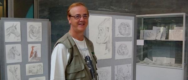 Pedro Pozas ante algunos de sus dibujos de la exposición 'La vida salvaje: volviendo a la esencia'.