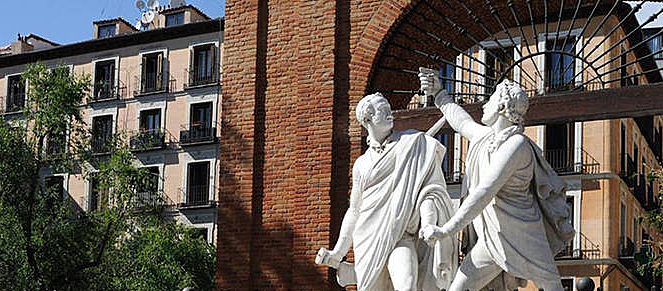 Monumento a Daoiz y Velarde, bajo el arco del Cuartel de Monteleón,en la Plaza del Dos de Mayo, en el centro del barrio de Malasaña.