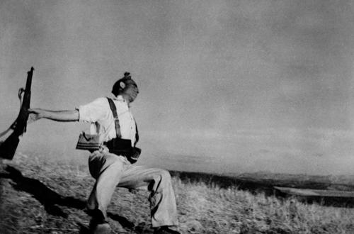 Muerte de un miliciano, de Robert Capa, en la exposición 'Con los ojos bien abiertos. Cien años de fotografía Leica', en la Fundación Telefónica.