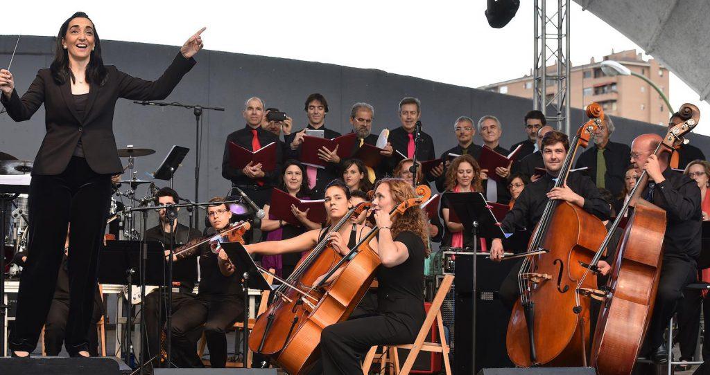 Silvia Sanz dirigiendo al Grupo Talía en las Fiestas de Primavera.