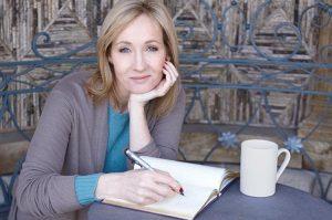Escritora y productora de cine escocesa, J.K. Rowling es conocida principalmente por su serie de libros juveniles protagonizados por Harry Potter.