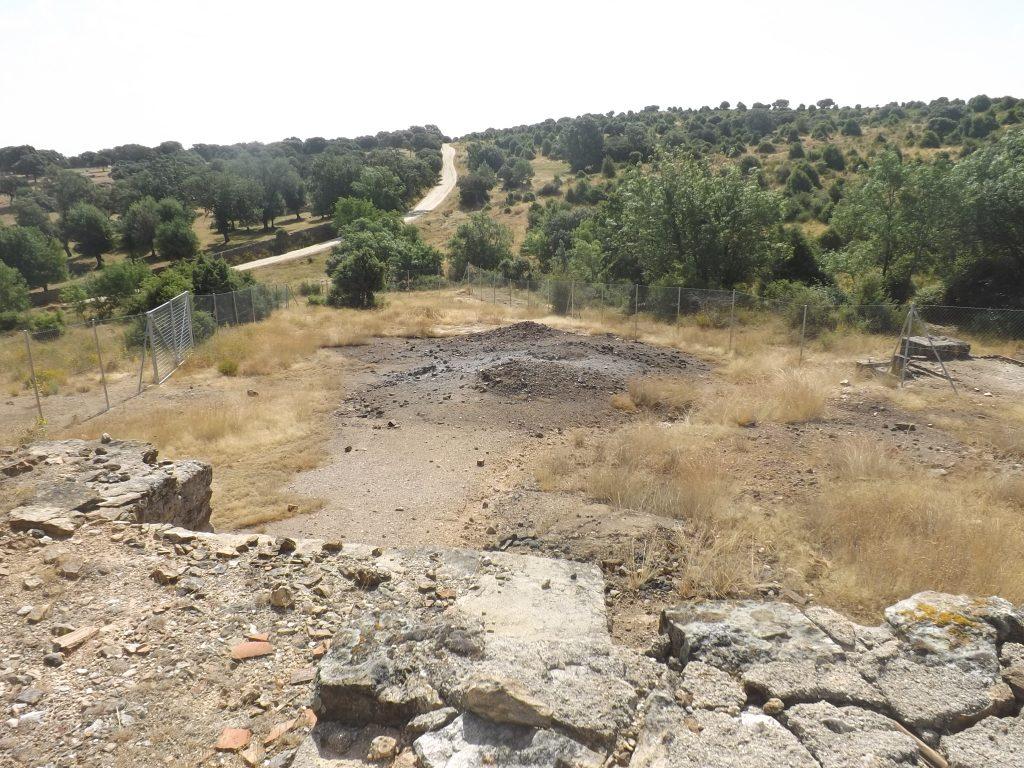 Desde donde están los residuos, se encuentra el camino de tierra. Se puede apreciar el cercado sin ningún tipo de advertencia. Los árboles de la izquierda se encuentran en el Arroyo de Horcajo (Guadalix de la Sierra). En el centro, está el residuo de arsénico. (Fotografía: Pedro Pozas).