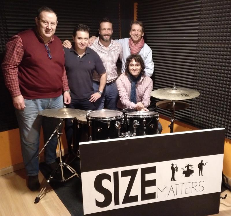 Los miembros del conjunto musical Size Matters.