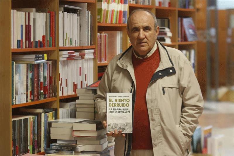 El escritor cordobés Alejandro López Andrada (Villanueva del Duque, 1957).