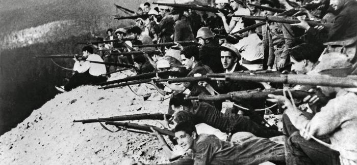 Un grupo de milicianos se asoma a un terraplén en el frente de Navacerrada (Madrid), a finales de julio 1936. EFE/ARCHIVO DÍAZ CASARIEGO.