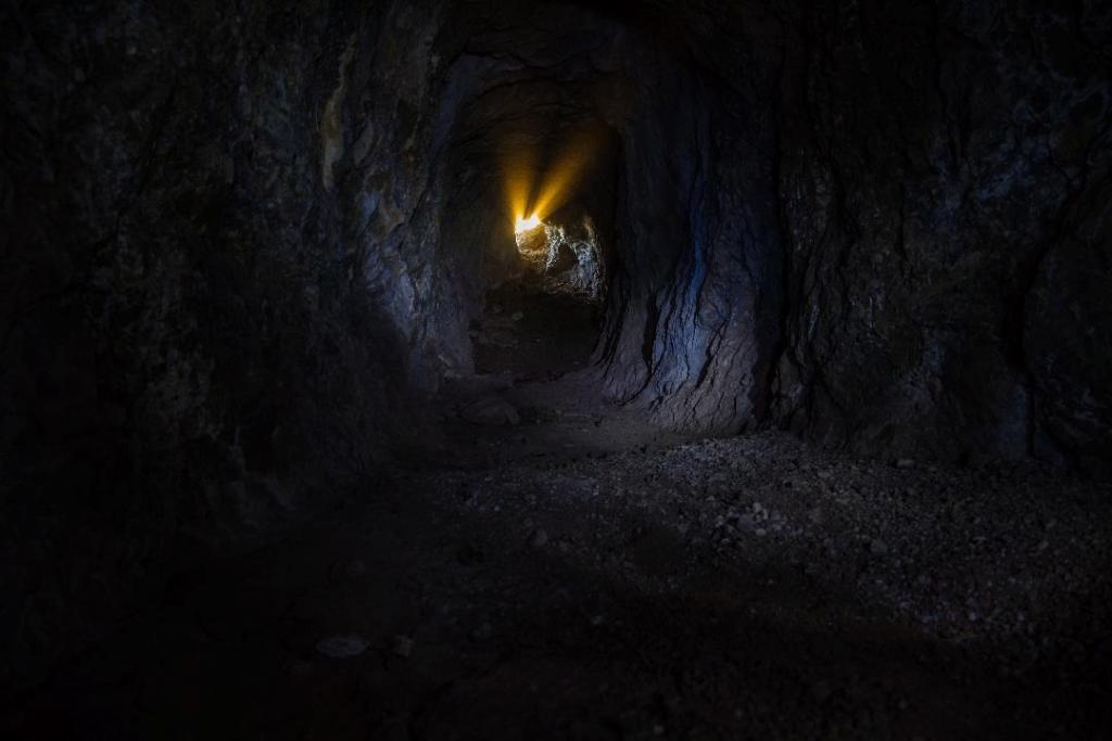 Interior de la mina, en la Sierra Cabrera, en Corcoya (Sevilla). (Fotografía de Luis Cuadrado).