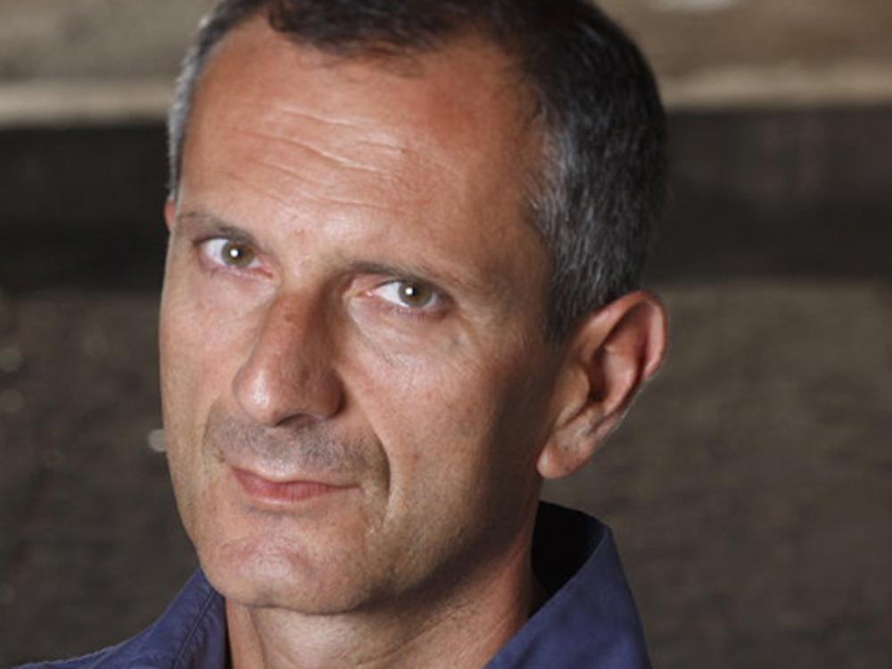 Gianrico Carofiglio (Bari, 1961), compagina su labor como magistrado y como senador con la escritura de novelas policíacas y de ensayos jurídicos.