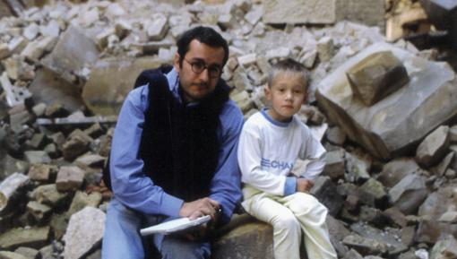 Alfonso Armada con Edo, en la biblioteca de Sarajevo, julio de 1993. Fotografía de Gervasio Sánchez.