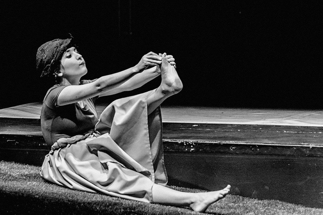 """Una momento de la obra """"La boba para los otros..."""". (Fotografía Francisco Blanco, LAU PHOTOGRAPHY MADRID)."""