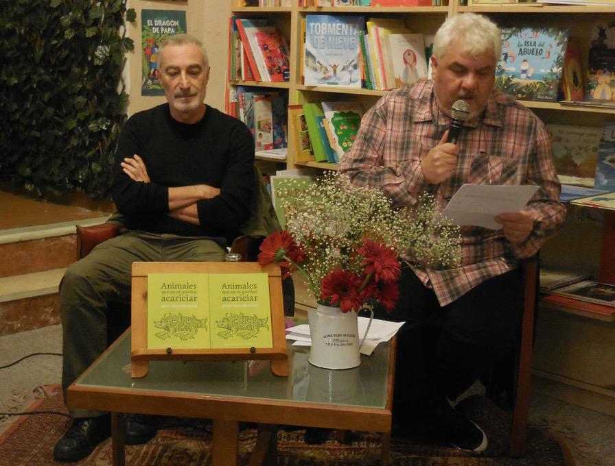 """El escritor Julio Jurado, presentando el libro """"Animales que no se pueden acariciar"""", junto al autor, Javier Quevedo Arcos, en Cervantes y Compañía."""