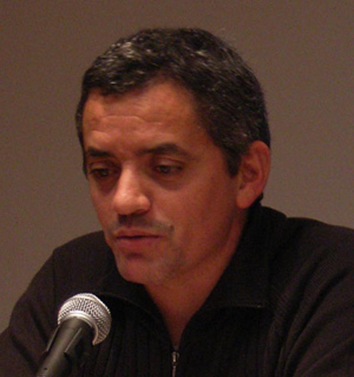 El escritor José Abad en la presentación del libro  «El acero y la seda».