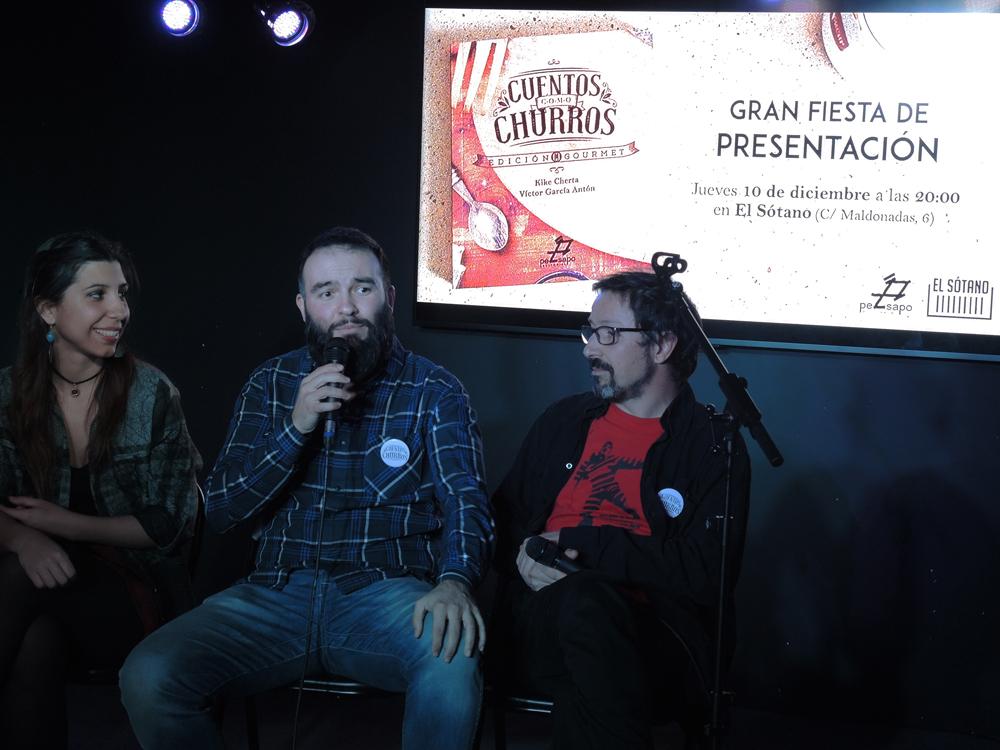 Julia Viejo, de la editorial PezSapo, Kike Cherta y Víctor García Antón, en la presentación ayer de «Cuentos como churros», en El Sótano. Fotografía: Julio Jurado.