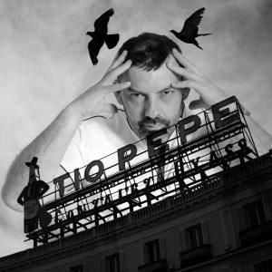 Andrés Marín fotografía el anuncio de Tío Pepe, en la Puerta del Sol.