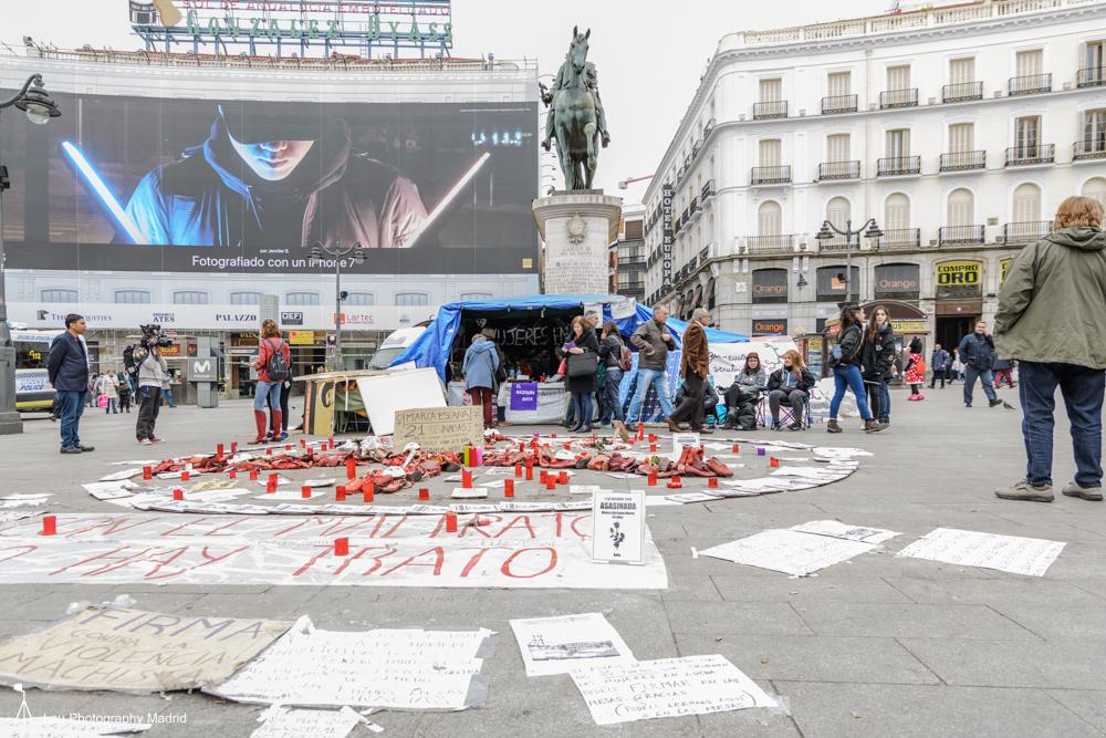 Alrededor de la carpa se amontonan los nombres de las mujeres asesinadas, las velas y los zapatos rojos que simbolizan las víctimas. (Fotografía: Paco Blanco)