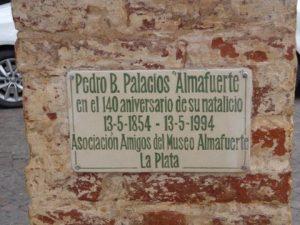 Placa colocada al cumplirse los 140 años del natalicio de Almafuerte, ubicada en la Rambla de la Avenida 66, n.° 530, frente a la casa donde vivió.