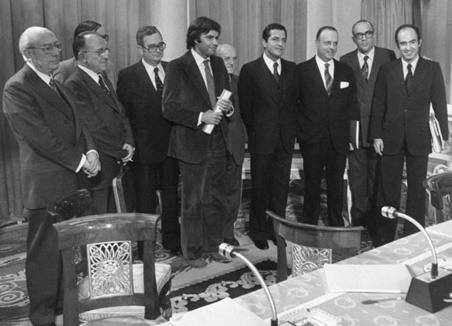 Los firmantes de los Pactos de la Moncloa.De izquierda a derecha: Enrique Tierno Galván (PSP), Santiago Carrillo (PCE), Josep María Triginer (PSC), Joan Reventós (CSC), Felipe González (PSOE), Juan Ajuriaguerra (PNV), Adolfo Suárez (UCD), Manuel Fraga (AP), Leopoldo Calvo-Sotelo (UCD) y Miquel Roca (CiU).