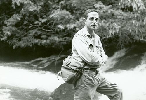 Jordi Sabater Pi en las cascadas del río Mbia (Guinea Ecuatorial)© UB - COL·LECCIÓ SABATER I PI.