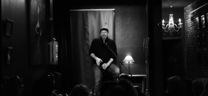Carlos Salem en el bar Diablos Azules. (Fotografía de Federico Romero y Carmen Lafuente).