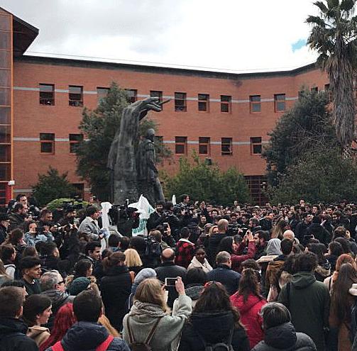 Estudiantes de la Universidad Rey Juan Carlos protestan por el máster de Cifuentes.