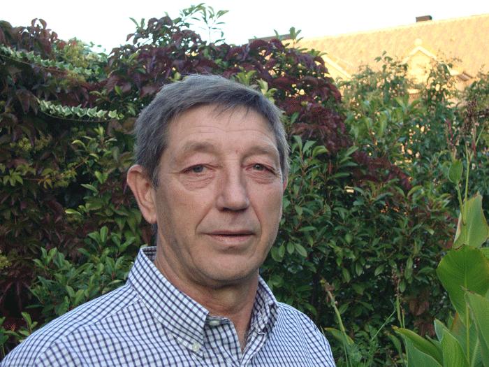 El escritor Antonio Tejedor García, autor de la novela, 'Todos los espejos, rotos'.