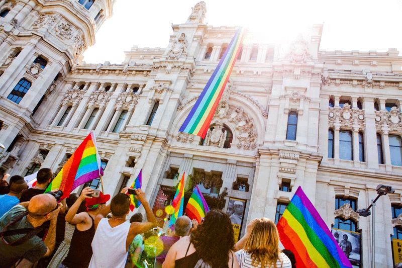 El despliegue de la bandera arcoíris, por parte del Ayuntamiento, marca con el inicio de la celebración del Día del Orgullo.