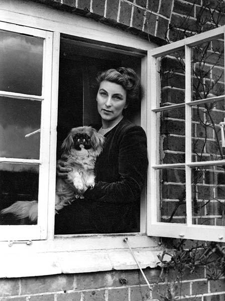 La escritora Rumer Godden (en 1949), autora de la novela 'El río'.