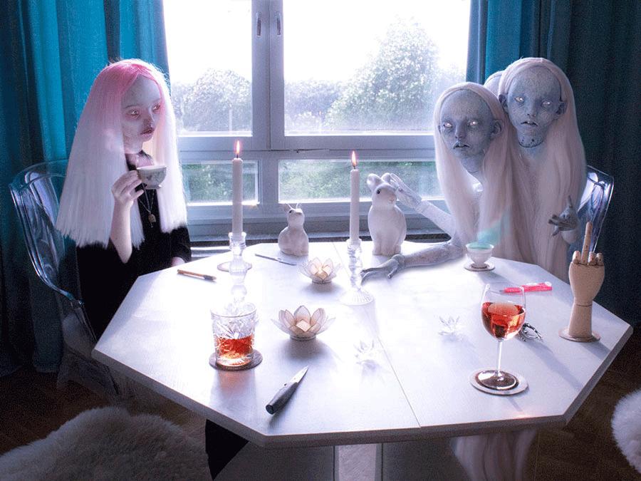 Artista fotografiada: Emilie Steele, obra de Dr. Case, exposición Symbiosis.