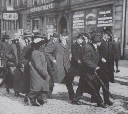 Esta es la única fotografía conocida en la que aparecen juntos Armand y Lenin (Estocolmo, 13 de abril de 1817).
