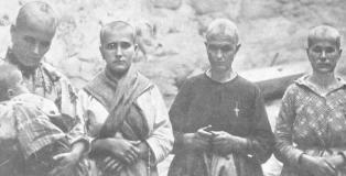 Mujeres rapadas que fueron represaliadas por ser familiares de izquierdistas en Oropesa (Toledo). La tercera de la izquierda, con la cruz en el pecho, fue castigada por haber trabajado como planchadora para el ejército republicano. (Fundación Pablo Iglesias).