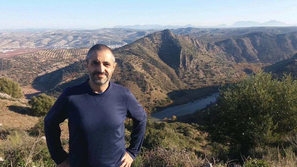 Francisco Cuadrado López, autor de 'La Cabrera'. Al fondo, el paisaje de Sierra Cabrera, Corcoya, Sevilla. (Fotografía: Luis Cuadrado).