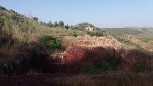Restos de las instalaciones de las minas, en la Sierra Cabrera, Corcoya (Sevilla). (Fotografía de Luis Cuadrado).