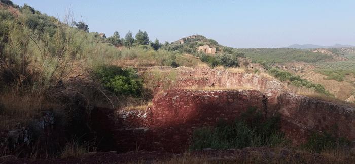 Restos de las instalaciones, en la Sierra de La Cabrera, Corcoya (Sevilla). (Fotografía de Luis Cuadrado).