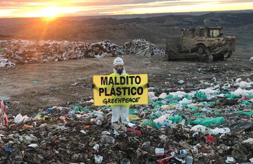 Activistas de Greenpeace se manifiestan en  Valdemingómez en contra de los plásticos