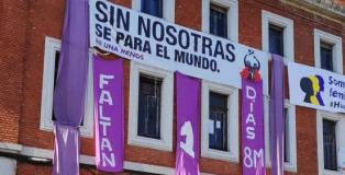 Fachada del centro okupado la Ingobernable, con el Manifiesto del Feminismo.
