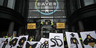 Protesta de activistas de Attac, en las oficinas de Bayer en Berlín, el 14 de marzo de 2019.