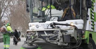 Comisiones Obreras afirma que es falsola contratación de nuevos barrenderos por parte del Ayuntamiento de Madrid.