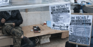Personas sintecho acampadas en el Paseo del Prado de Madrid.