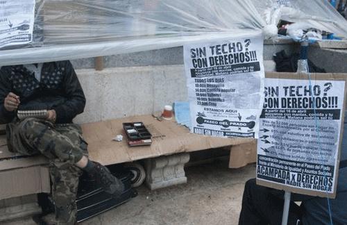 Personas acampadas en el Paseo del Prado exigen el derecho a una vivienda digna