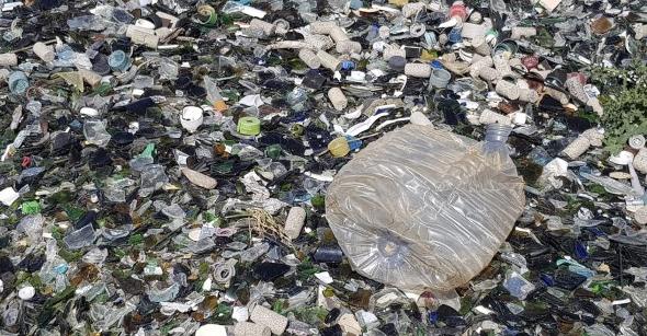 Toneladas de basura y cristales desbordan la única planta de reciclaje de vidrio en Madrid