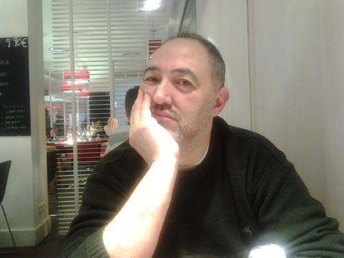 Diego Prado, autor de Libros dedicados. Crónicas apresuradas sobre escritores y literatura, es escritor y crítico literario de revistas como Lateral, La bolsa de pipas y Librújula.