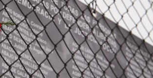 Reposición del memorial conmemorativo en honor a los presos del franquismo.
