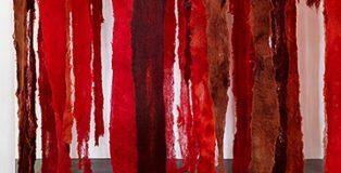 Exposición de Cecilia Vicuña. Veroír el fracaso iluminado, en el Centro 2 de Mayo, de Móstoles, Madrid.