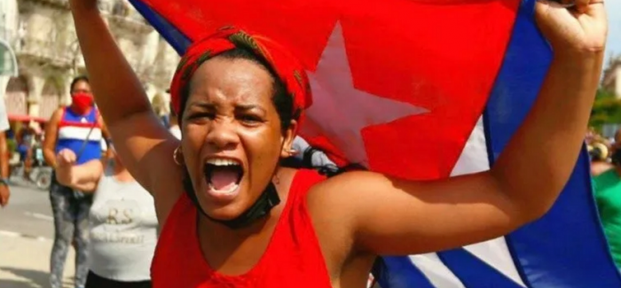 El tuit de Bachelet con la falsa imagen de una cubana y las redes sociales como campo de batalla